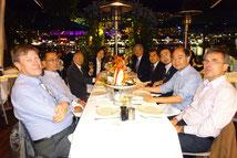 準備会合終了後にシドニー湾に面したレストランで寛ぐ委員会メンバー