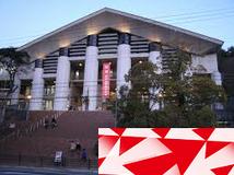 大学の大階段と卒展案内状