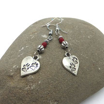 AIMEE - boucles d'oreilles argent coeurs pas de chaton pendantes perles rouges entourée de perles argenté ethnique