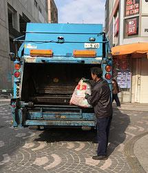 厚木市廃棄物処理業協同組合の厚木市内一般廃棄物収集の様子
