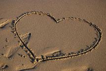 砂浜のハートのイメージ写真love-1968154_1280