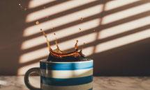 コーヒーのこぼれるイメージ写真black-coffee-1868462_1920