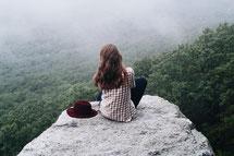 女の子が佇むイメージ写真girl-1562025_1280