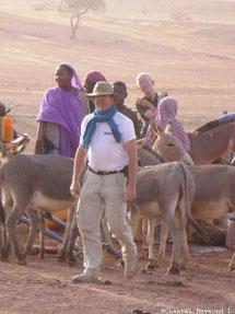 Un homme blanc, des femmes noirs, des ânes et un alinos dans le désert Mauritanien