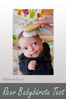 Baby mit Haarbürste von Reer, Baby mit Reer Babybürste, Baby gebürstet mit Ziegenhaarbürste