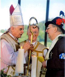 Kardinal Ratzinger in Rottach-Egern; re.: Pater Setzer, Mitte: Pfarrer Gröppmeier