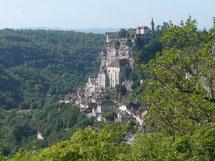 à 40 km de La Mérelle, Rocamadour est le principal lieux de pèlerinage en Vallée de La Dordogne. Les pèlerins viennent se recueillir devant la Vierge noire, Notre-dame de rocamadour