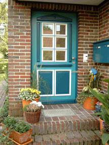 Hier ist das Bild einer grünen Haustür im Landhausstil zu sehen.