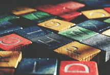 bunte Würfel mit Buchstaben