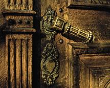 alte Tür mit verziertem Türgriff