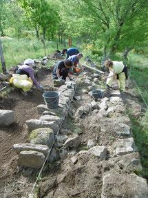Création d'une calade, grès et basalte ©ELIPS