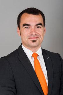 homme en costume gris avec une cravate orange et une chemise blance