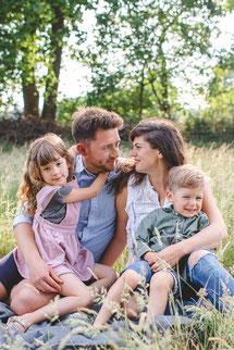 Familie spaziert durch Wald