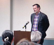 ボストン大学図書館での子規会誌の説明をするキース・ヴィンセント学科長   写真高村会員