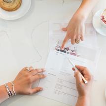 Vertragsverhandlungen. Zwei Paar Hände mit dem Vertrag. Angebot: Mini-Hochzeit 2021 Braut Concierge
