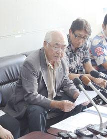 翁長知事の提訴を発表する平安座原告団長=10月20日、県庁