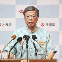翁長雄志知事が臨時記者会見を開いた=4日午前、県庁