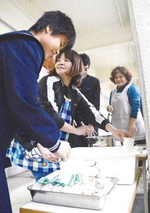 PTAが早朝講座終了後、生徒に食事を振る舞った=25日午前、石垣中学校