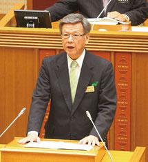 翁長雄志知事が2016年の所信表明演説を行った=16日午前、県議会