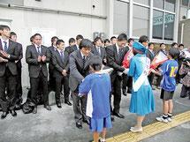 ミス八重山、少年サッカーから花束が贈られた(左から)鈴木監督、島田社長、山口キャプテン=石垣空港
