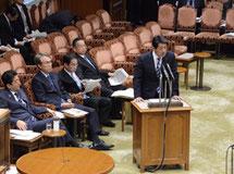 国会の特別委員会において答弁する松村副大臣