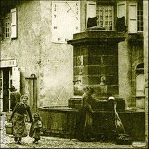 """Fontaine publique """"Griffol"""" de la grand'rue de Montsalvy en 1905. Ed. Roux - Aurillac - Carte postale ancienne (détail) - Coll.BC / Musée du Veinazès"""
