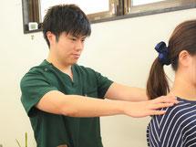 頭痛専門治療の施術風景