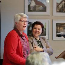 Gratulation für den Neuling: Ulrike Heitland mit Bärbel Rosensträter (rechts)