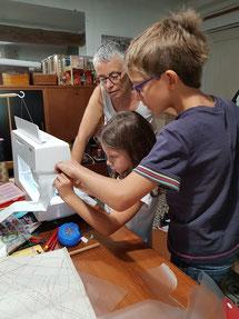 les enfants s'initient à la machine à coudre