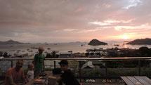 Blick von Bajo Camp Hostel über den Hafen von Labuanbajo April 2015