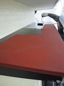 鉄板庇屋根塗装の状況。錆止め塗装済