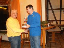 Der 2. Vorsitzende Thomas Trautmann (r.) überreicht Dieter Raquet den Pokal.