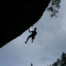 Das Klettern gehört zur Fränkischen Schweiz wie das Ade zum Franken. Legendäre Steilhänge in verschiedenen Schwierigkeitsgraden warten im Frankenjura, dem bekanntesten Klettergebiet Deutschlands.