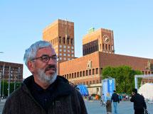 Claus vor dem Osloer Rathaus