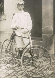 Mein Großonkel mit Victoria-Sportrad und Uniform des Radvereins, um 1914