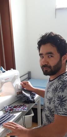 Nadir Ahmadi bei der Maskenproduktion