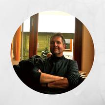 nach einem sehr zufriedenstellendem Coaching, sitzt Holger Klemens zufrieden in seinem Lehnsessel und schmunzelt in die Kamera.