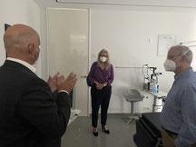 Dr. Kaweh Schayan (stellv. Vorsitzender BBMV)) im Gespräch mit Dr. Kirsten Kappert-Gonther, MdB und Dr. Lutz Bauer, ärztl. Leiter des MVZ