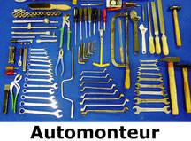 gereedschapsset voor automonteurs, met o.a. sleutels, vijlen, hamers, tangen, schroevendraaiers en staalborstel.