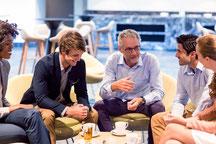 Gespräch Mentor mit jungen Menschen