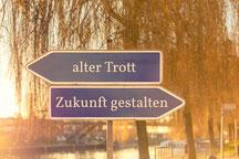 Schilder mit Aufschrift alter Trott und Zukunft gestalten