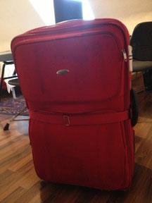 Der rote Koffer vor dem Antritt meiner Reise. Ob er wohl je ankommen wird?