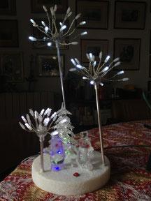 Blinkende Weihnachtsdeko auf dem Frühstückstisch.