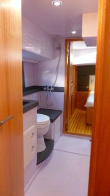 Breites Waschbecken und elektrische Toilette im modernen Trawler