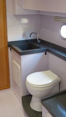 Geräumiges Bad mit separater Dusche im treibstoffsparenden Verdränger-Motorboot.