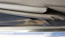 BMWミニ・カブリオレの幌の隙間に汚れ