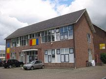 Een oud schoolgebouw, begane grond en eerste verdieping, met grijs puntdak, Prinses Margrietlaan 86 in Uithoorn: Centriek 86