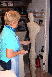 Kursteilnehmerin töpfert selber eine Figur