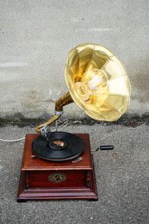 unikate tischlampe aus einem grammophon in gold braun und led leuchtmittel