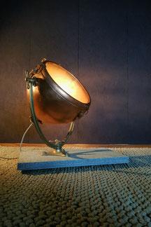 unikate vintage bodenlampe aus kupfer und messing auf einem granitsockel